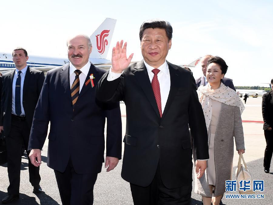 5月10日,國家主席習近平抵達白俄羅斯首都明斯克,開始對白俄羅斯進行國事訪問。白俄羅斯總統盧卡申科偕白俄羅斯政府高級官員到機場迎接習近平和夫人彭麗媛。新華社記者 饒愛民 攝