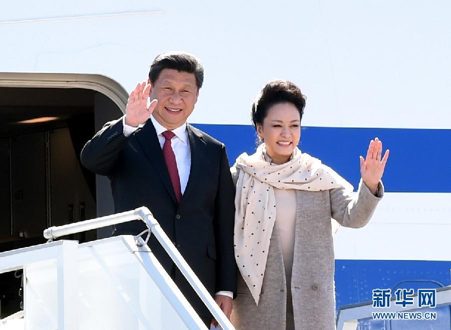 5月10日,國家主席習近平抵達白俄羅斯首都明斯克,開始對白俄羅斯進行國事訪問。這是習近平和夫人彭麗媛步出艙門。 新華社記者 謝環馳 攝