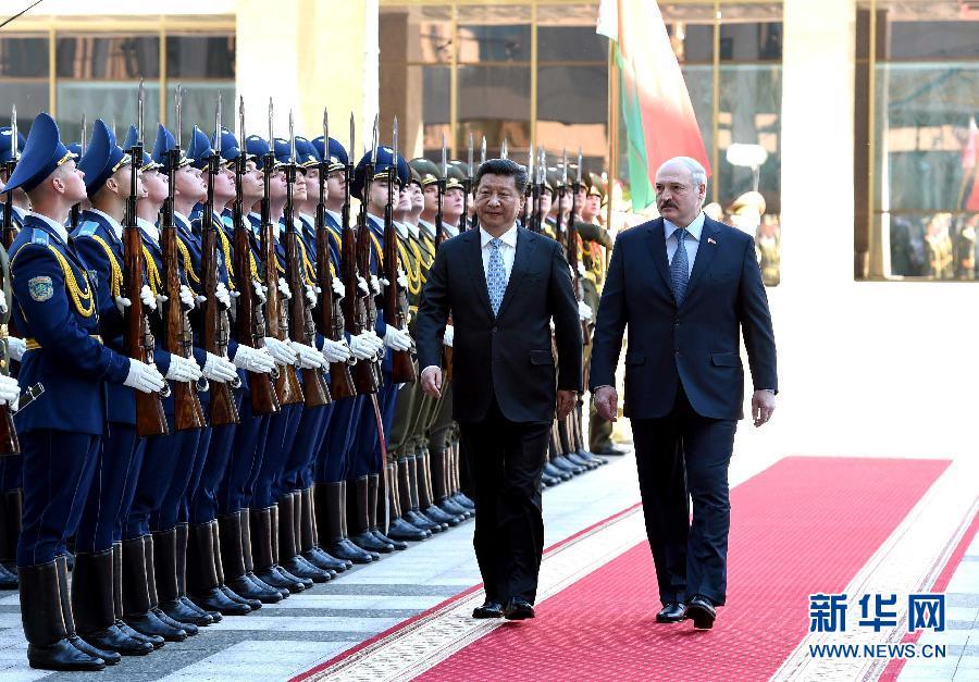 5月10日,國家主席習近平在明斯克出席白俄羅斯總統盧卡申科舉行的歡迎儀式。 新華社記者 饒愛民 攝