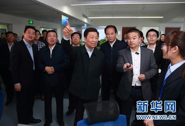 11月17日,中共中央政治局委員、國家副主席李源潮在北京調研科普信息化建設,出席中國科協科普信息化工作座談會。這是李源潮在新華網調研。新華社記者丁海濤攝