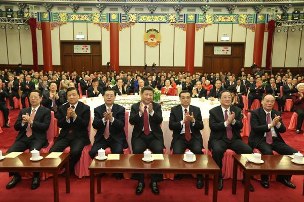 12月31日,全國政協在北京舉行新年茶話會。黨和國家領導人習近平、李克強、張德江、俞正聲、劉雲山、王岐山、張高麗出席茶話會並觀看演出。新華社記者龐興雷攝