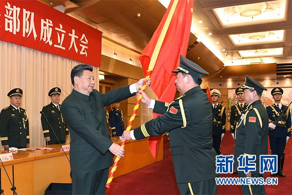 這是習近平將軍旗鄭重授予陸軍司令員李作成、政治委員劉雷。新華社記者 李剛 攝