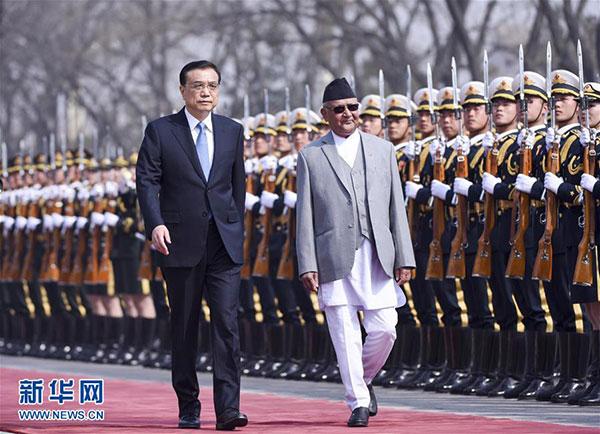 3月21日,國務院總理李克強在北京人民大會堂同來華進行正式訪問並將出席博鰲亞洲論壇2016年年會的尼泊爾總理奧利舉行會談。這是會談前,李克強在人民大會堂東門外廣場為奧利舉行歡迎儀式。新華社記者謝環馳攝