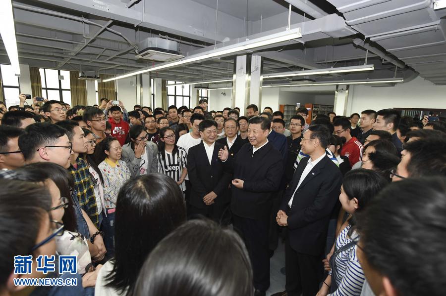 4月24日至27日,中共中央總書記、國家主席、中央軍委主席習近平在安徽調研。這是4月26日下午,習近平在中國科技大學圖書館與正在上自習的學生們親切交談。 新華社記者李學仁攝