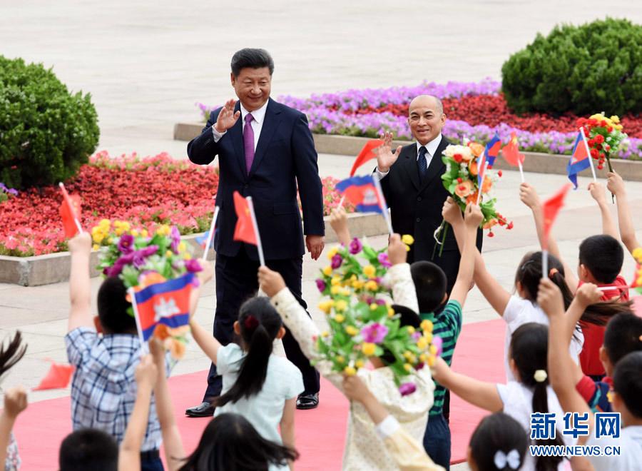 6月3日,國家主席習近平在北京人民大會堂同柬埔寨國王西哈莫尼舉行會談。這是會談前,習近平在人民大會堂東門外廣場為西哈莫尼舉行歡迎儀式。 新華社記者 饒愛民 攝
