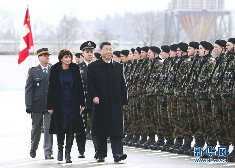 1月15日,國家主席習近平乘專機抵達蘇黎世,開始對瑞士聯邦進行國事訪問。 這是習近平在瑞士聯邦主席洛伊特哈德陪同下檢閱儀仗隊。新華社記者 蘭紅光 攝