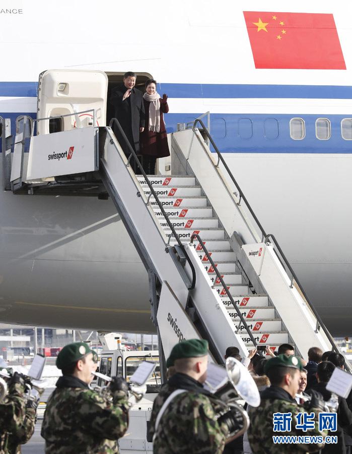 1月15日,國家主席習近平乘專機抵達蘇黎世,開始對瑞士聯邦進行國事訪問。 這是習近平和夫人彭麗媛步出艙門。 新華社記者 丁林 攝