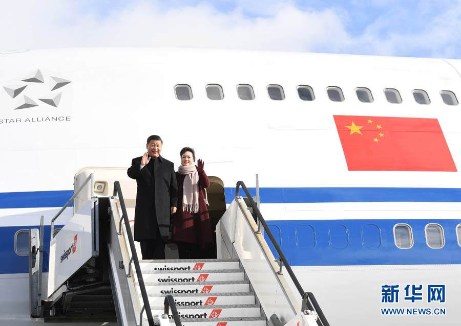 1月15日,國家主席習近平乘專機抵達蘇黎世,開始對瑞士聯邦進行國事訪問。 這是習近平和夫人彭麗媛步出艙門。 新華社記者 饒愛民 攝
