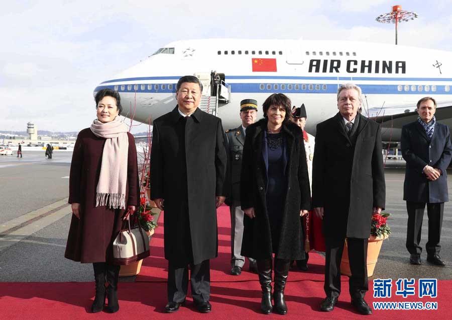1月15日,國家主席習近平乘專機抵達蘇黎世,開始對瑞士聯邦進行國事訪問。這是瑞士聯邦主席洛伊特哈德在機場為習近平和夫人彭麗媛舉行隆重歡迎儀式。 新華社記者 蘭紅光 攝