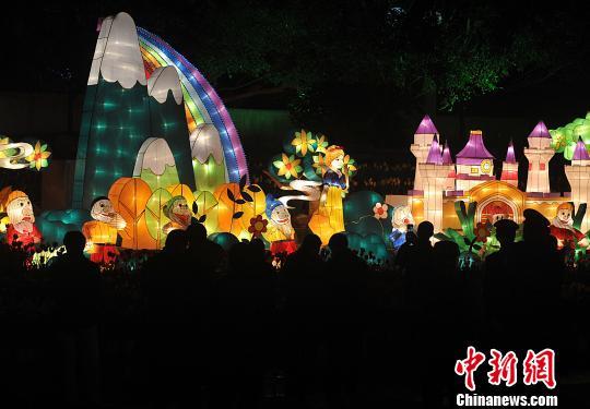 2月7日晚,福州市民在觀賞白雪公主和七個小矮人彩燈。 張斌 攝