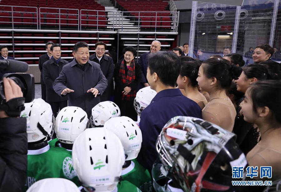 2月23日至24日,中共中央總書記、國家主席、中央軍委主席習近平在北京考察。這是24日上午,習近平在五棵松體育中心熱情勉勵青少年冰球和隊列滑愛好者們。     新華社記者 蘭紅光 攝