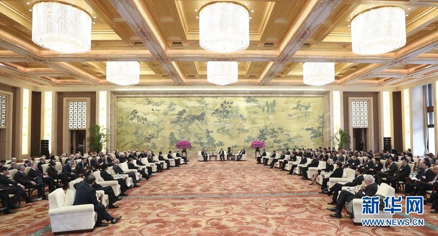 3月20日,國務院總理李克強在北京釣魚臺芳華苑會見來華出席中國發展高層論壇2017年年會的境外代表,並同他們座談交流。 新華社記者龐興雷 攝