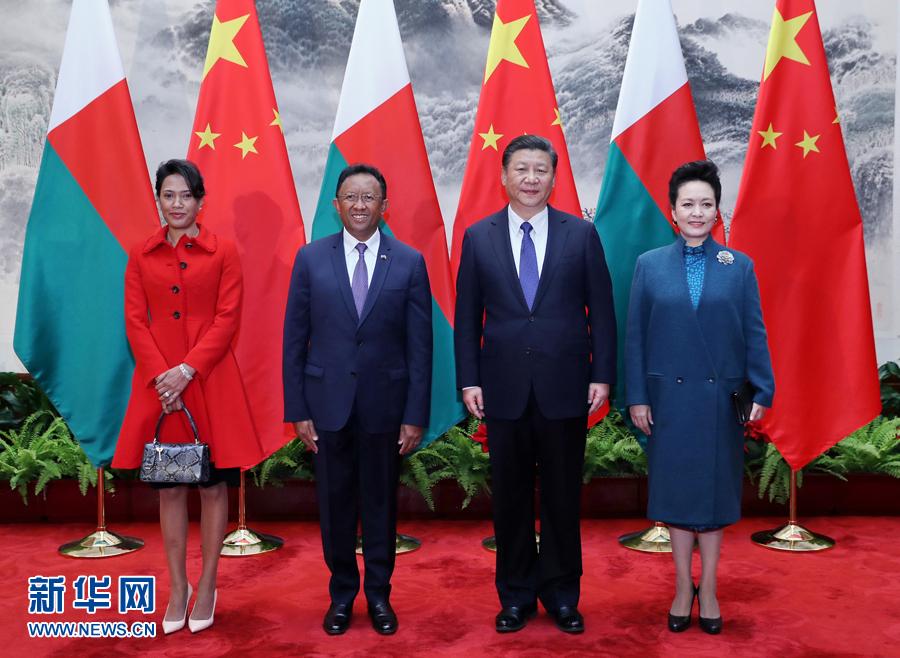 3月27日,國家主席習近平在北京人民大會堂同馬達加斯加總統埃裏舉行會談。會談前,習近平在人民大會堂東門外廣場為埃裏舉行歡迎儀式。這是習近平和夫人彭麗媛同埃裏總統夫婦合影。新華社記者 鞠鵬 攝