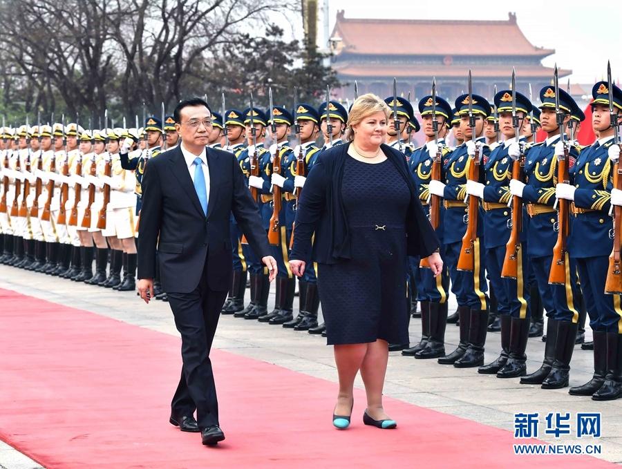 4月7日,國務院總理李克強在北京人民大會堂同來華進行正式訪問的挪威首相索爾貝格舉行會談。會談前,李克強在人民大會堂東門外廣場為索爾貝格舉行歡迎儀式。 新華社記者 李濤 攝