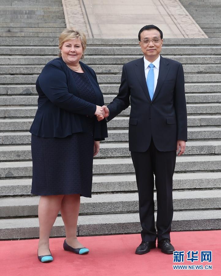 4月7日,國務院總理李克強在北京人民大會堂同來華進行正式訪問的挪威首相索爾貝格舉行會談。會談前,李克強在人民大會堂東門外廣場為索爾貝格舉行歡迎儀式。 新華社記者 姚大偉 攝