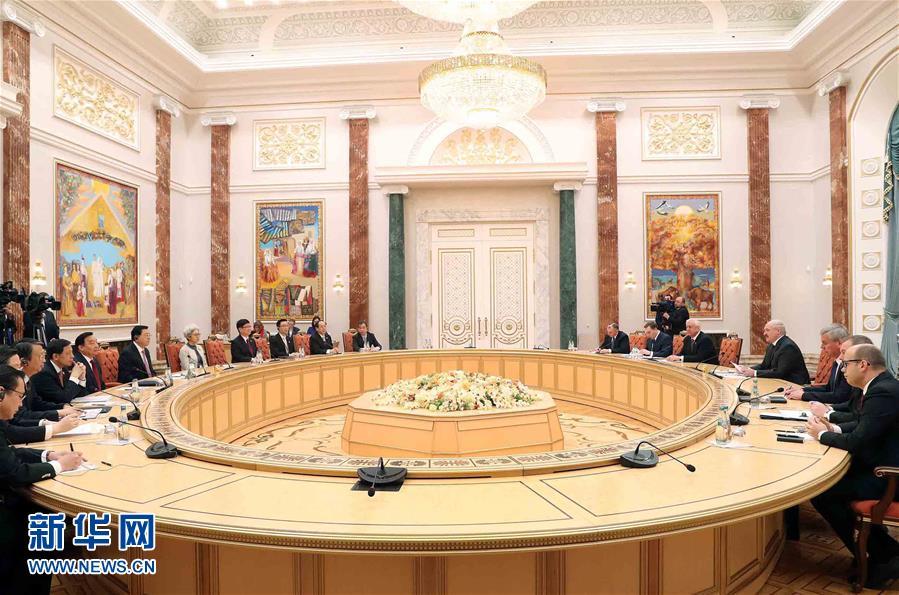 4月16日至18日,應白俄羅斯國民會議共和國院主席米亞斯尼科維奇和代表院主席安德烈琴科邀請,全國人大常委會委員長張德江對白俄羅斯進行正式友好訪問。這是4月18日,張德江在明斯克會見白俄羅斯總統盧卡申科。新華社記者 劉衛兵 攝