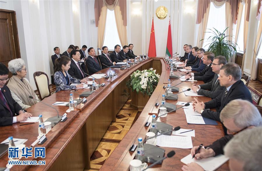 4月16日至18日,應白俄羅斯國民會議共和國院主席米亞斯尼科維奇和代表院主席安德烈琴科邀請,全國人大常委會委員長張德江對白俄羅斯進行正式友好訪問。這是4月18日,張德江在明斯克會見白俄羅斯總理科比亞科夫。新華社記者 李濤 攝