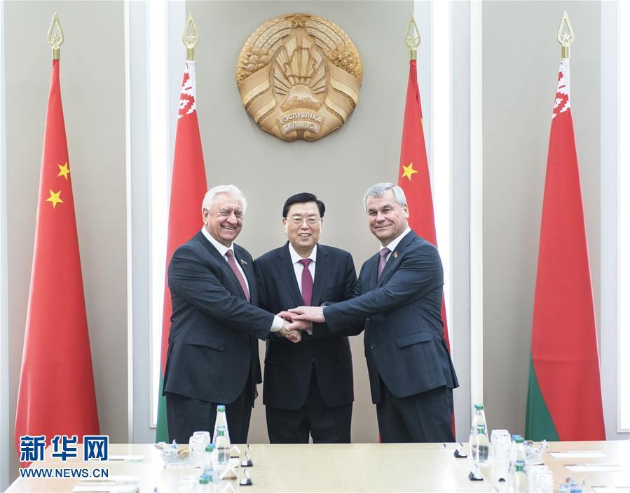 4月16日至18日,應白俄羅斯國民會議共和國院主席米亞斯尼科維奇和代表院主席安德烈琴科邀請,全國人大常委會委員長張德江對白俄羅斯進行正式友好訪問。這是4月17日,張德江在明斯克與米亞斯尼科維奇主席和安德烈琴科主席舉行會談。新華社記者 李濤 攝