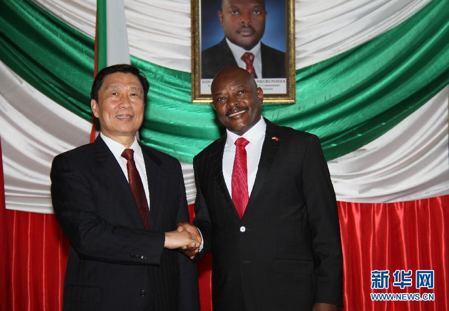 5月11日,布隆迪總統恩庫倫齊扎(右)在布瓊布拉會見到訪的中國國家副主席李源潮。 新華社記者呂天然攝