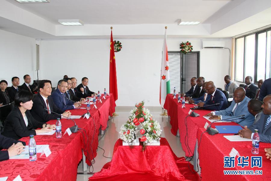 5月11日,中國國家副主席李源潮在布瓊布拉與布隆迪第一副總統辛迪姆沃和第二副總統布托雷舉行會談。 新華社記者呂天然攝
