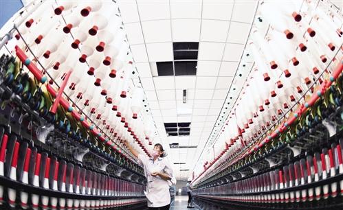 9月6日,在河北南宫市中昌教程效果雕刻纺织,技术正在纺织机前ps纺纱车间女工图片