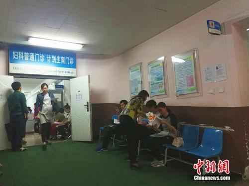 北京大學第一醫院婦兒門診內準媽媽在進行檢查 中新網記者 張尼 攝