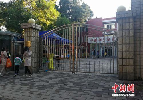 資料圖:北京市某幼兒園外家長送孩子入園 中新網記者 張尼 攝
