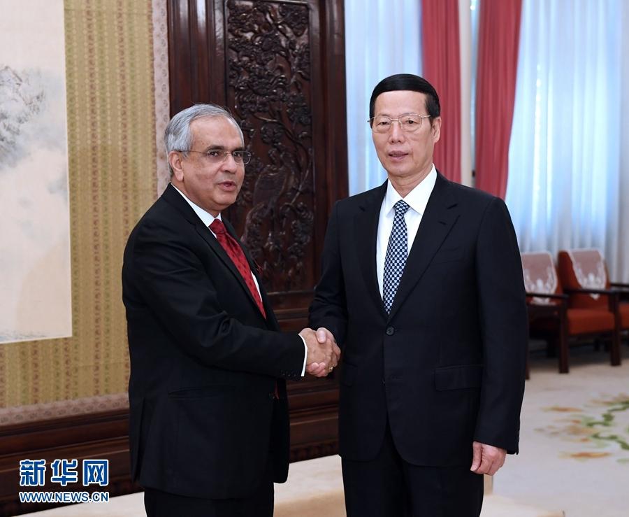 12月5日,國務院副總理張高麗在北京會見前來出席第三屆中國國務院發展研究中心和印度國家轉型委員會對話會的印度國家轉型委員會副主席庫瑪爾。新華社記者 饒愛民 攝