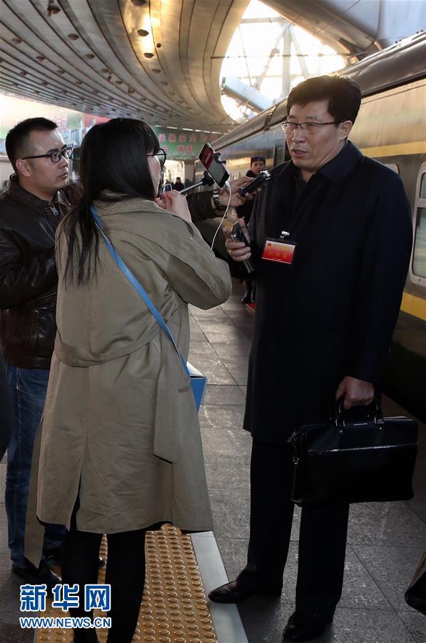 (兩會)(2)黑龍江代表團抵達北京