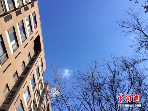 2017年12月7日,北京空气质量较好,图为北京丰台区某小区拍到的蓝天。<a target='_blank' href='http://www.chinanews.com/' >中新网</a> 邱宇 摄
