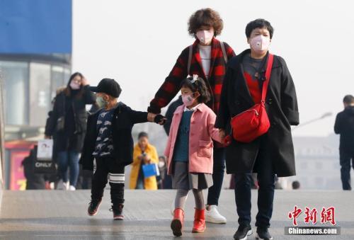 2016年12月19日,北京被雾霾笼罩,民众戴防雾霾口罩出行。 <a target='_blank' href='http://www.chinanews.com/'>中新社</a>记者 杜洋 摄