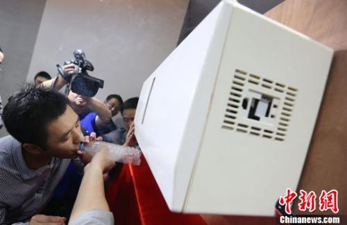 图为南京一家科研单位研发的空气净化器。<a target='_blank' href='http://www.chinanews.com/'>中新社</a>发 泱波 摄
