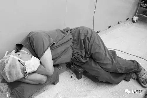 寒夜里,一个 脏兮兮 的男人蹲在地铁站傻笑,原因让人落泪