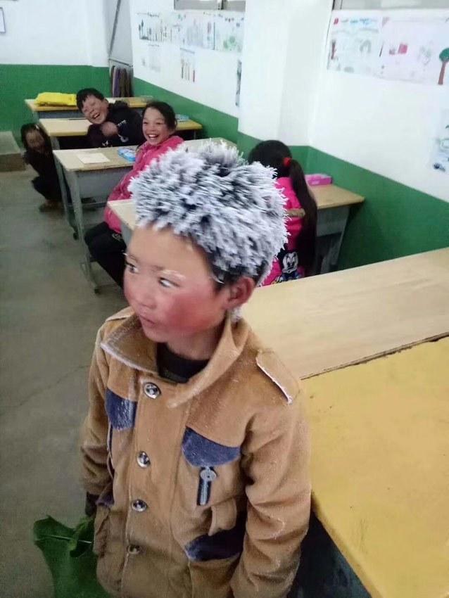 """看看刷屏的""""冰花男孩""""们:只要能上学,哪怕跋山又涉水!"""