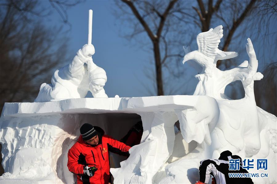 (文化)(1)国际雪雕比赛忙