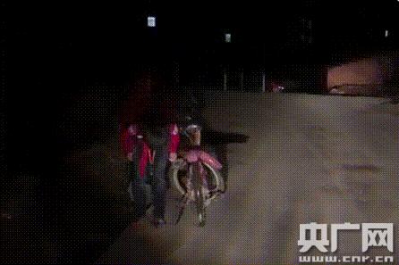 """司机为夜间骑行小学生照路 """"红领巾""""鞠躬致谢戳泪点"""