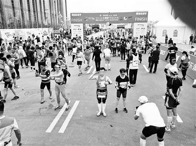 线上娱乐城赌博:父亲带去世女儿护照跑完马拉松:替她完成未了心愿