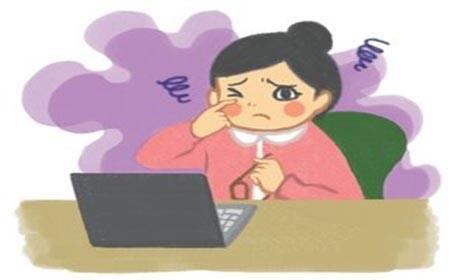 现在,电脑、手机排泄进吾们生活的角角落落。长时间盯电脑、盯手机会导致用眼太甚。此外,办公室操纵中间空调,写字楼门窗紧闭、不易通风,室内电脑等电器大量荟萃,使得空气质量降低、空气干燥,会增补泪液挥发,也会添剧眼干。