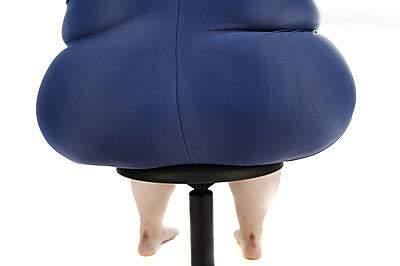 """很多上班族都感觉屁股""""越坐越大"""",大腿""""越坐越粗""""。英国生理学教授琼斯给这栽表象取了个名字""""办公臀""""。新浪微博发首的一项调查发现,近八成职场女性存在办公臀。以色列特拉维夫大学的钻研者发现,习气久坐的人臀部脂肪堆积的速度比清淡人快两倍。琼斯指出,办公臀不光影响美不悦目,日后还更容易患肥肥症、代谢综相符征、心脑血管疾病等。"""