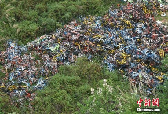 """南京数百辆单车遭""""灭顶之灾"""" 如何处理令人迷茫"""