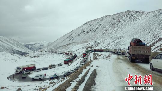 暴雪致川藏线数百辆车受阻武警某部紧急出动6小时抢通
