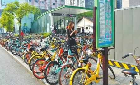 市二医院地铁站口的共享单车停放比较有序.
