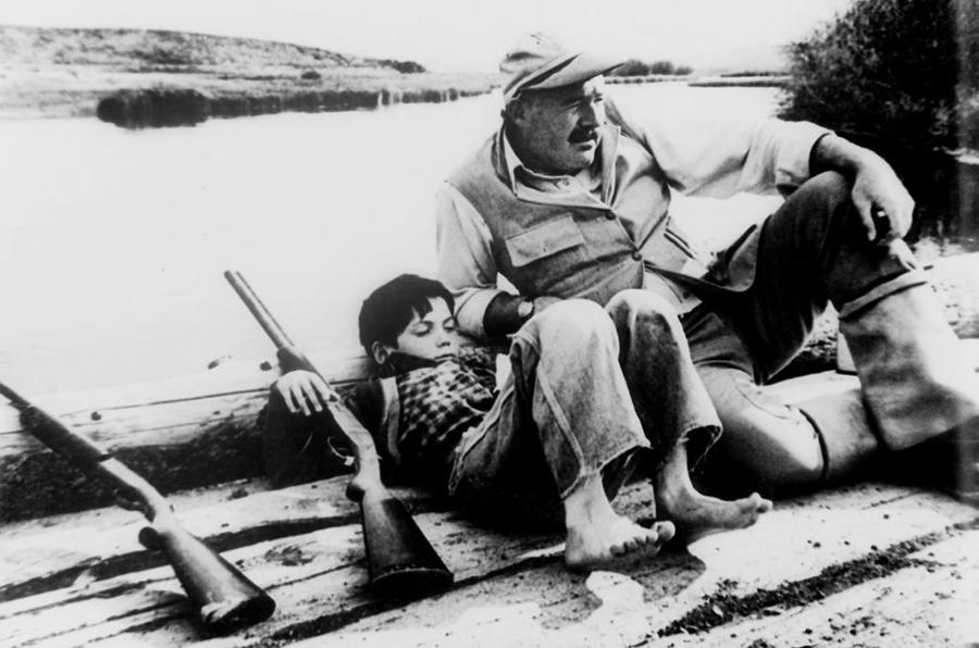 摄影作品《打猎归来的海明威及其幼子格雷戈里》
