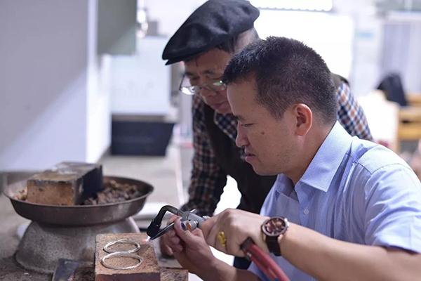 银匠李正云:我雕刻的,是时光盗版射雕之完颜康