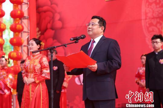 """河南永城18对新人""""零彩礼""""婚礼致敬青春(图)冷情总裁的宠物"""