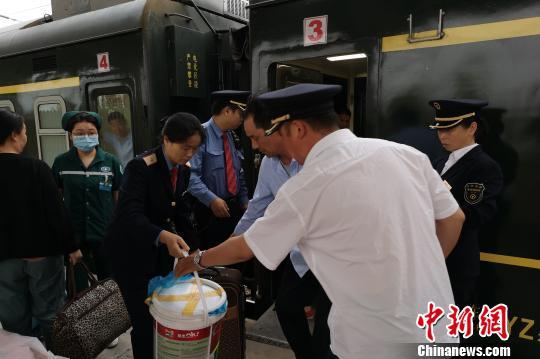 旅客乘车突发心脏病20余趟列车避停让出生命通道