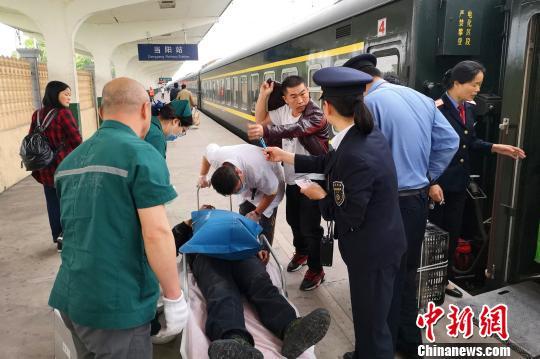 旅客乘车突发心脏病 20余趟列车避停让出生命通道小品狭路相逢