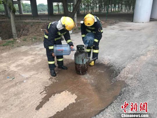 山西两名消防员冲进火场抬出喷火液化气罐[图]大学生网络购物调查