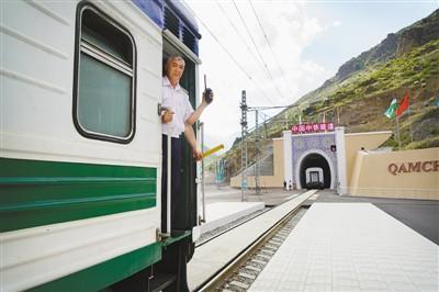 中国承建乌首条铁路隧道仅用900天创奇迹穷开心搞笑舞蹈串烧