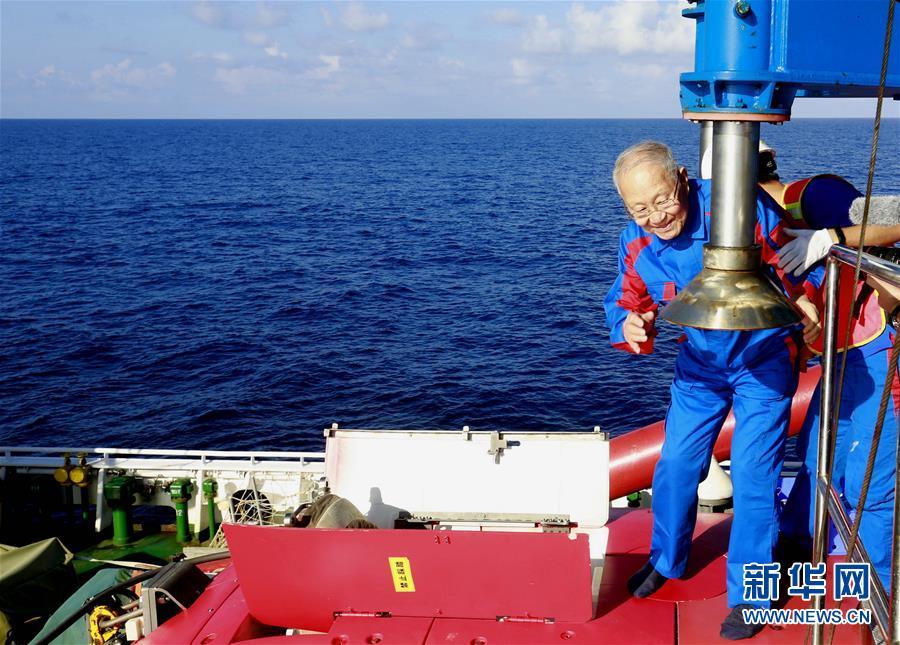 """(图文互动)(1)""""深海勇士""""号迄今年龄最大乘客:82岁汪品先院士在南海下潜获重要发现"""